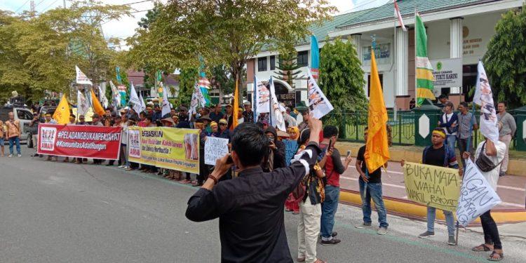 Ratusan massa saat berorasi di depan Kantor PN Pangkalan Bun yang terletak di Jalan Sutan Syahrir Senin (9/12/2019).