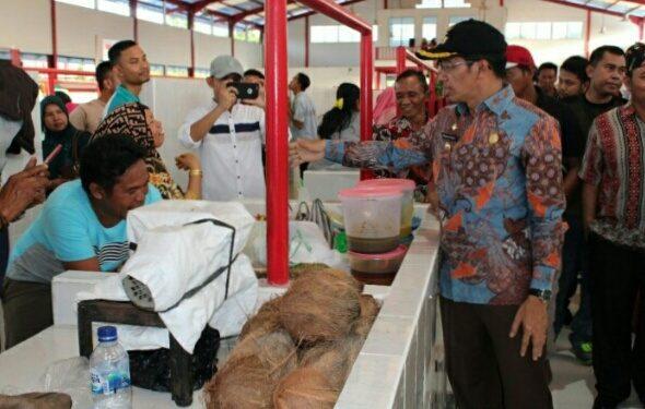 Bupati Mura Perdie M Yoseph saat meninjau Pasar Pelita Jumat (6/12) lalu.
