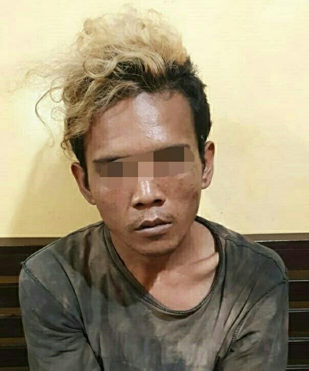 Tersangka saat diamankan di Mapolsek Pangkalan Banteng Selasa (10/12/2019).