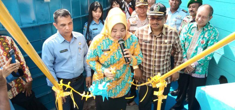 Bupati Kobar Hj Nurhidayah saat meresmikan unit pengelolaan air PDAM Mendawai Seberang Kamis (12/12/2019).