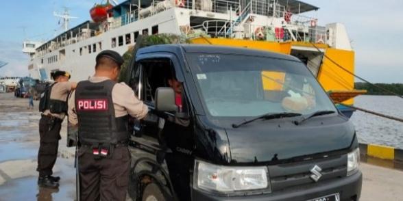 Anggota Polres Kobar saat memeriksa mobil yang turun dari kapal Jumat (13/12/2019).