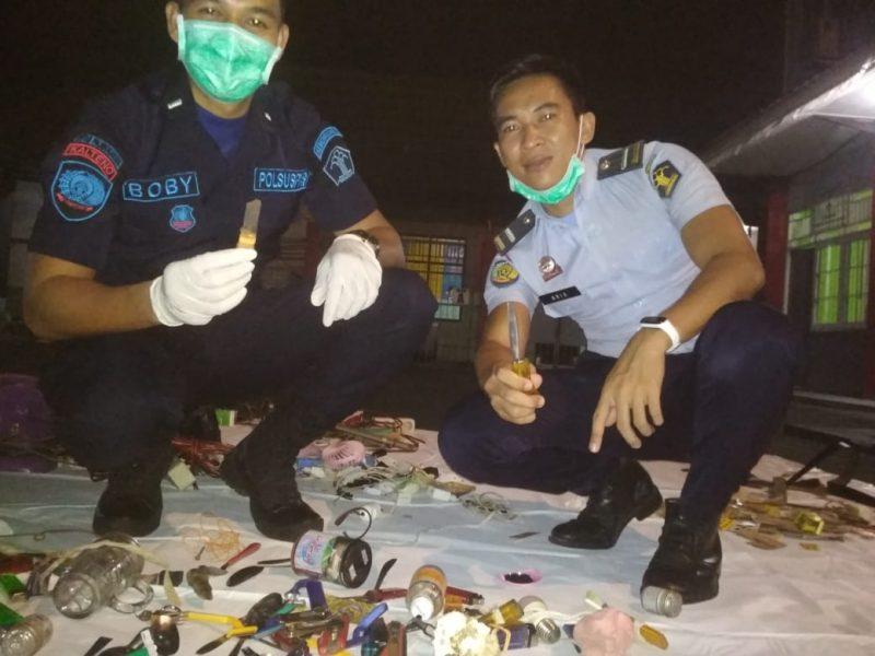 Petugas Rutan Palangka Raya saat menyita barang bukti yang diamankan dari kamar napi saat menggelar razia rutin Jumat (13/12/2019) tadi malam.