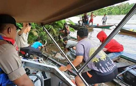 Anggota Polsek Laung Tuhup bersama warga saat mengevakuasi mayat korban yang ditemukan mengepung di sungai Sabtu (14/12/2019).