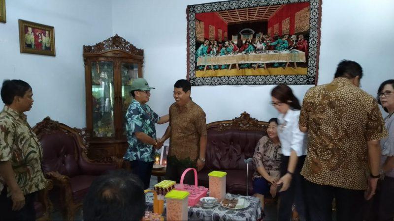 Rektor UPR Andrie Elia saat menggelar kunjungan kasih di kediaman ibu Simpun Asihai Sabtu (14/12/2019).