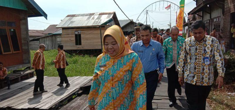 Bupati Kobar Hj Nurhidayah saat meninjau kawasan tepi Sungai Arut Minggu (15/12/2019).