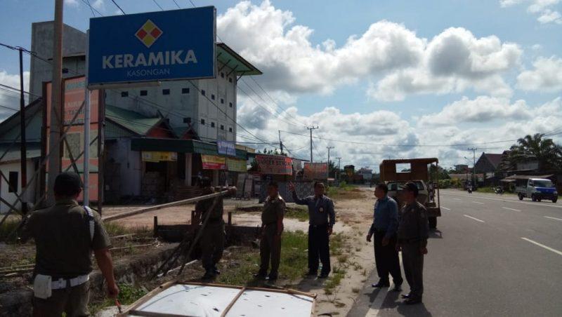 Petugas Satpol PP Katingan saat menertibkan baleho yang tak membayar pajaknya Senin (16/12/2019).