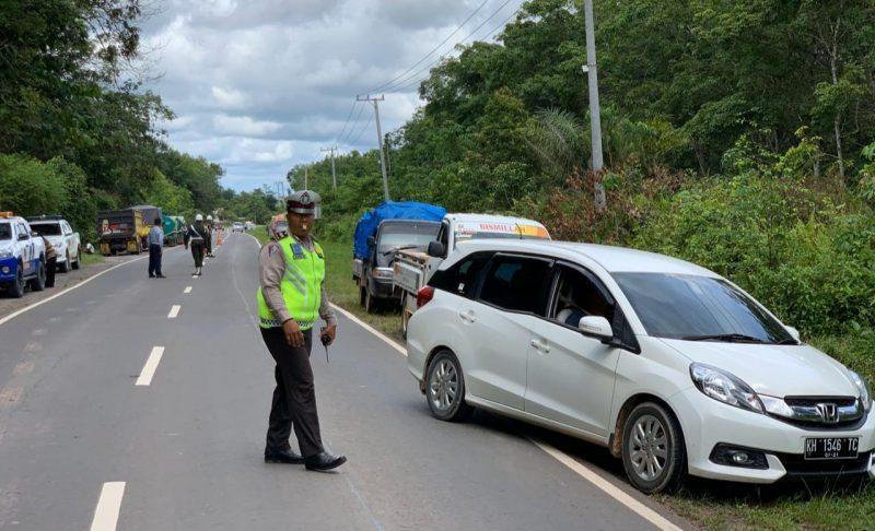 Anggota Satlantas Polres Kobar saat melaksanakan giat razia di Jalan A Yani Selasa (17/12/2019).