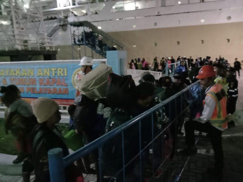 Ribuan pemudik saat menaiki kapal Rabu (18/12/2019).
