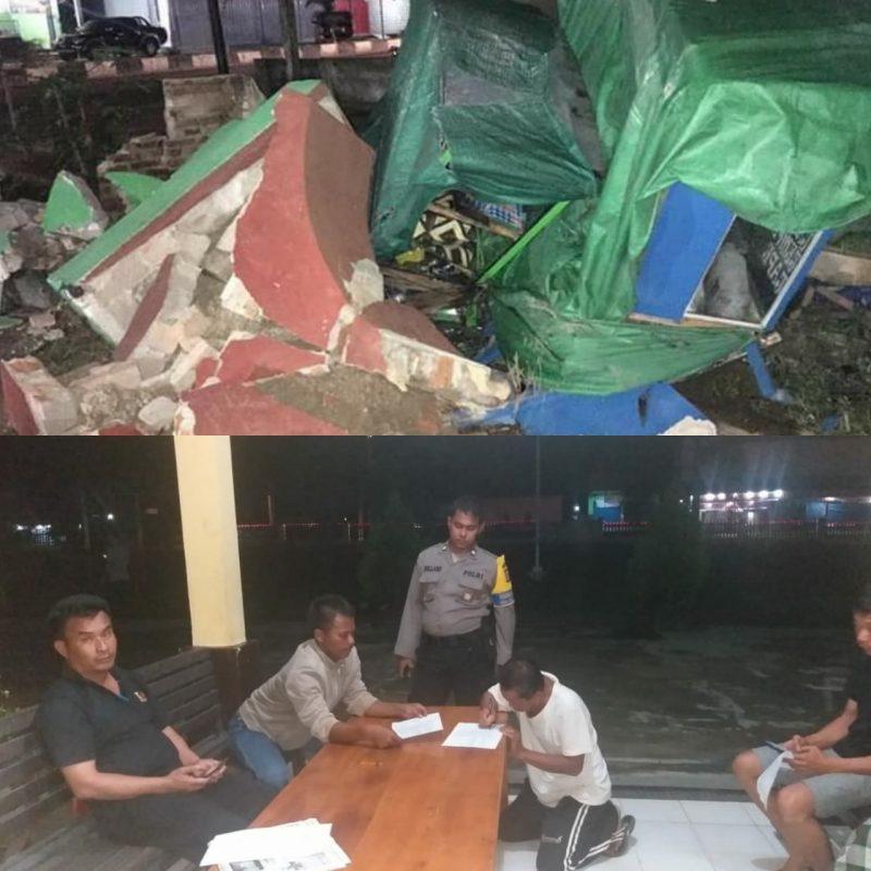 Sopir truk dan kernetnya saat berada di Kantor Polsek Pangkalan Banteng untuk mempertanggungjawabkan perbuatannya, Rabu (18/12/2019) tadi malam.