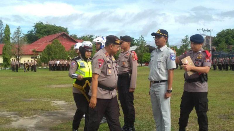 Wakapolda Kalteng Brigjen Pol Rikwanto saat melakukan pengecekan personel ketika menggelar apel gabungan operasi lilin Kamis (19/12/2019).