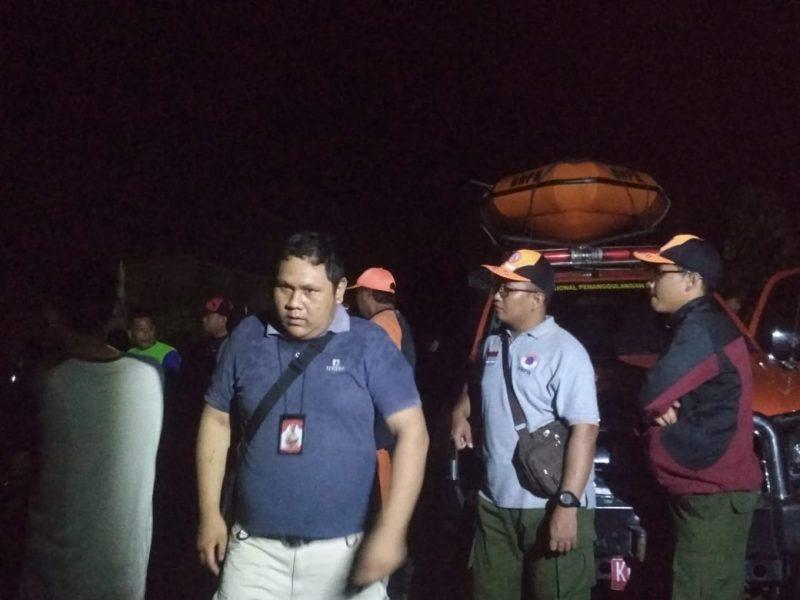 Tim ERP Palangka Raya saat melakukan pencarian bersama aparat lainnya di lokasi kejadian Kamis (19/12/2019) malam ini.