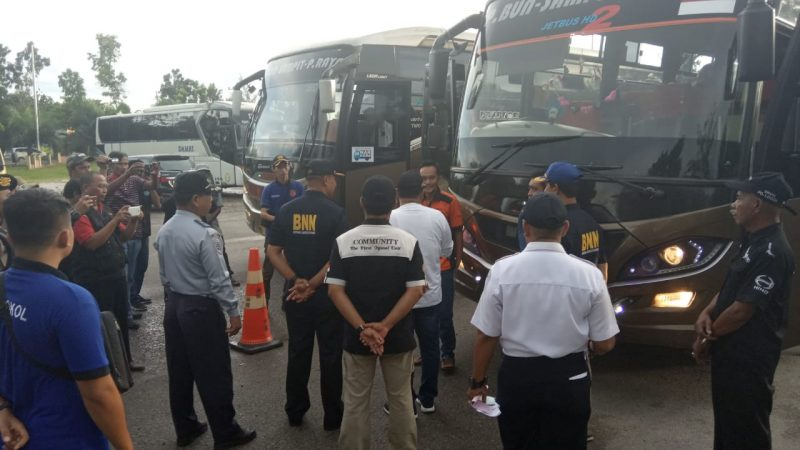 Kepala BNNK Kobar AKBP I Wayan Korna dan petugas Dishub Kobar saat memeriksa para sopir bus di Terminal Natal Suka Pangkalan Bun ketika menggelar tes urine Jumat (20/12/2019).