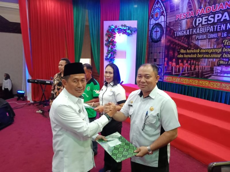 Camat Murung Banjang Jalin saat menerima piagam penghargaan dari Wabup Mura Rejikinoor.