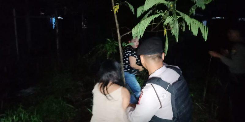 Anggota Dirsabhara Polda Kalteng saat mengamankan beberapa orang PSK warung remang-remang yang sempat melarikandiri Jumat (20/12/2019) tadi malam.