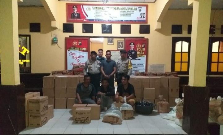 Jajaran Polsek Pangkalan Banteng saat mengamankan barang bukti dan oknum pemilknya Sabtu (21/12/2019).
