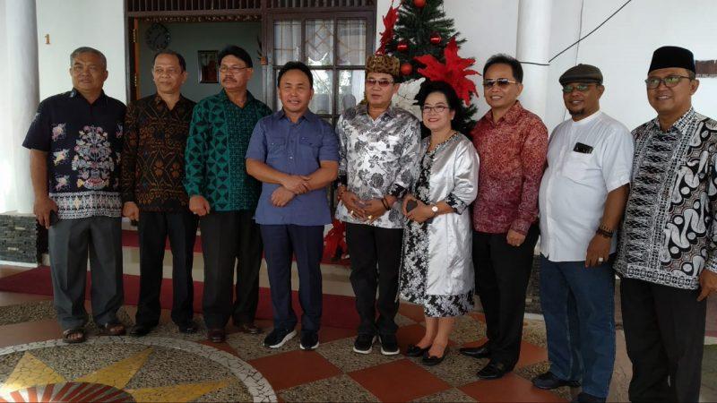 Gubernur Kalteng Sugianto Sabran dan Wagub Kalten Habib Said Ismail saat poto bersama dengan Rektor UPR Andrie Elia ketika berkunjung ke rujab saat open house Rabu (25/12/2019).