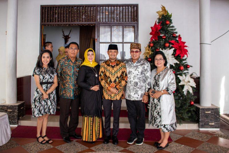 Rektor UPR Andie Elia saat poto bersama dengan Wali Kota Fairid Nafarin dan Wakil Wali Kota Umi Mastikah saat open house Rabu (25/12/2019).