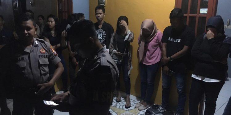 Ke delapan remaja saat diamankan anggota Polresta Palangka Raya seusai digerebek warga Kamis (26/12/2019) malam ini.