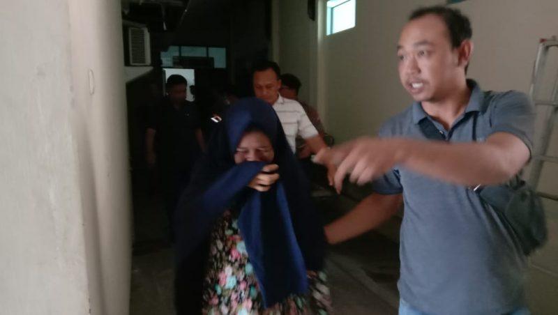 Istri pelaku saat membesuk jasad di kamar mayat RS Bhayangkara Sabtu (28/12/2019).