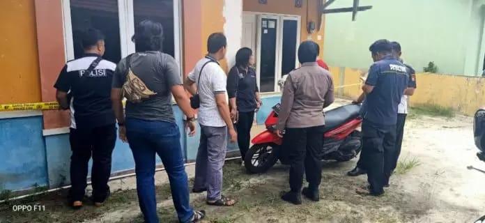Anggota Polsek Baamang saat melakukan olah TKP di rumah korban Sabtu (28/12/2019).