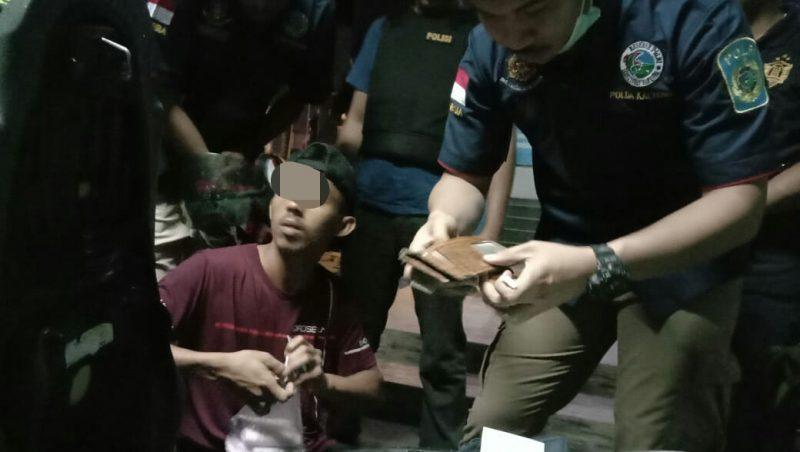 Tim gabungan saat memeriksa identitas para pengunjung ketika menggelar giat razia cipta kondisi Sabtu (28/12/2019) malam.