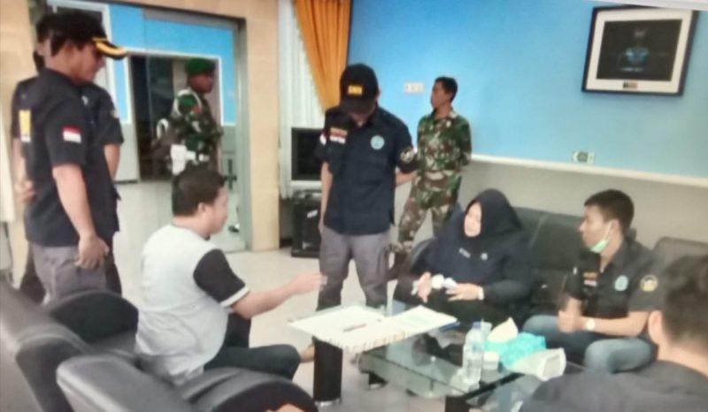 Petugas BNNK Kobar saat menggelar tes urine kepada petugas di Bandara Iskandar Pangkalan Bun belum lama ini.