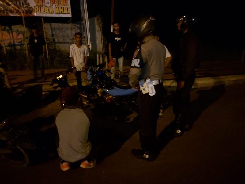Petugas Satlantas Polres Kobar saat mengamankan pengendara balapan liar Minggu (29/12/2019) tengah malam.