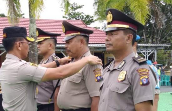 Kapolres Kobar AKBP E Dharma B Ginting saat menyematkan tanda kenaikan pangkat kepada anggota Selasa (31/12/2019).