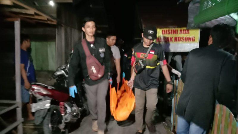 Jasad korban saat dievakuasi petugas kepolisian Selasa (31/12/2019) malam.
