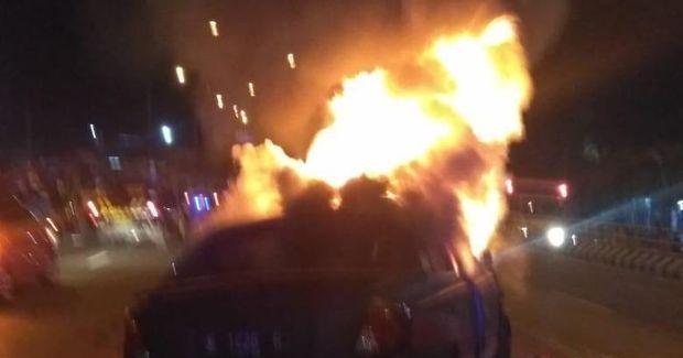 IST. Mobil pelaku buronan kasus curas saat terbakar usai mengalami laka tunggal saat dikejar polisi Minggu (1/11/2019) dini hari.