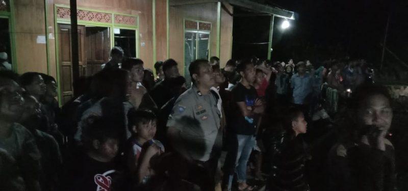 Warga dan petugas kepolisian saat berupaya membujuk Eko agar turun dari ketinggian Rabu (15/1/2020) malam ini.