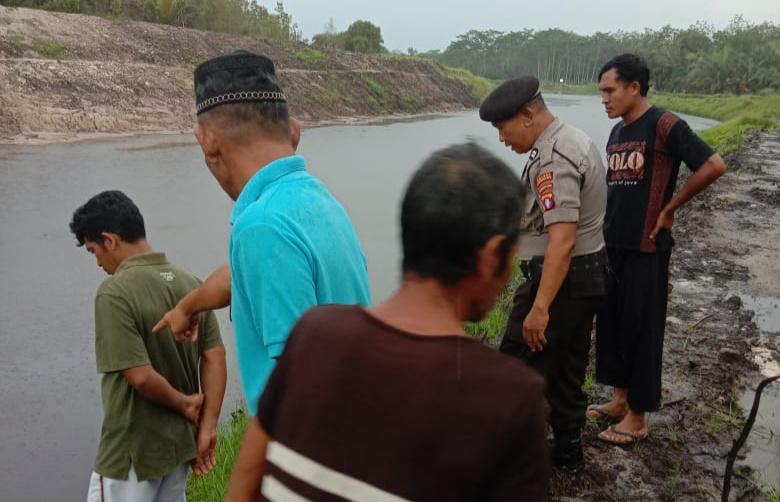 Anggota Polsek Pangkalan Banteng dan warga saat meninjau TKP lokasi kejadian Jumat (17/1/2020).