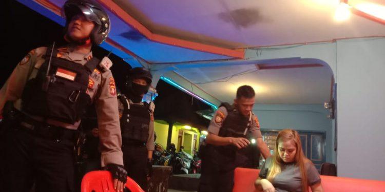 Petugas saat memeriksa identitas PSK.
