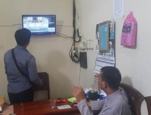 Salah seorang warga ketika melihat rekaman CCTV aksi maling kotak amal di masjid setempat Jumat (24/1/2020).
