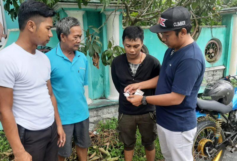 Anggota Satresnarkoba Polres Kobar saat memperlihat barbuk sabu dihadapan tersangka disaksikan warga.