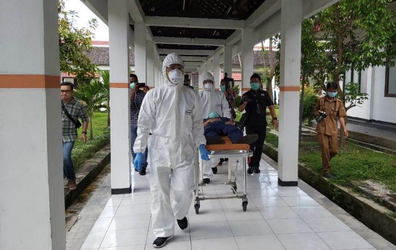 Petugas RSUD Doris saat membawa pasien terpapar virus corona saat digelar simulasi Senin (27/1/2020).