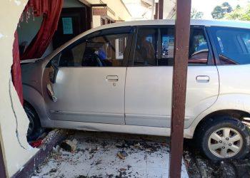 Mobil dinas merk Avanza saat menabrak Kantor Kecamatan Sukamara hingga rusak Senin (27/1/2020).