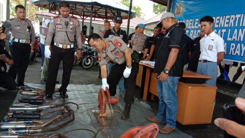 Kapolresta Palangka Raya Kombes Pol Dwi Tunggal Jaladri saat memotong knalpot blong pada kegiatan pemusnahan Selasa (28/1/2020).