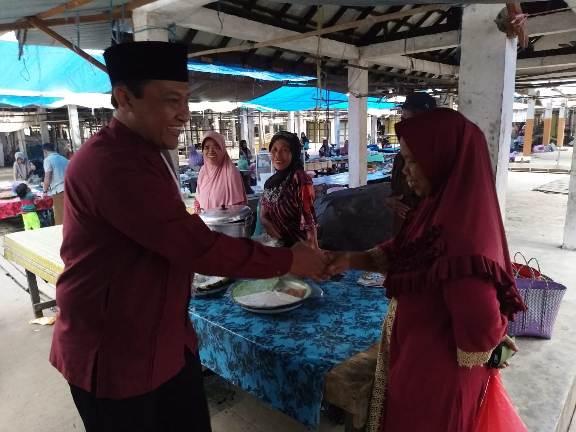 Bupati Pulpis H Edy Pratowo saat bersalaman dengan warga ketika meninjau pasar.