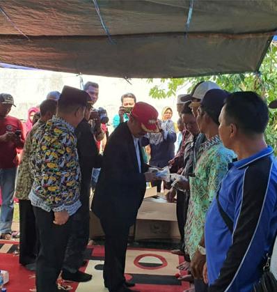 Bupati Seruyan Yulhaidir saat menyerahkan bantuan secara simbolis kepada 7 perwakilan kelompok nelayan Kamis (2/1).