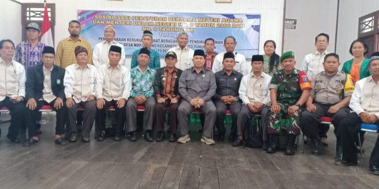 Ketua DPRD Mura Doni dan Wakil Ketua II Rahmanto Muhidin beserta pengurus dan anggota FKUB Mura saat poto bersama seusai sosialisasi di Kecamatan Batura.