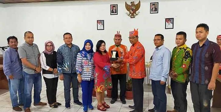 IST- Ketua Komisi B DPRD Kota Palangka Raya Nenie A Lambung saat serah terima cenderamata Jumat (31/1/2020).