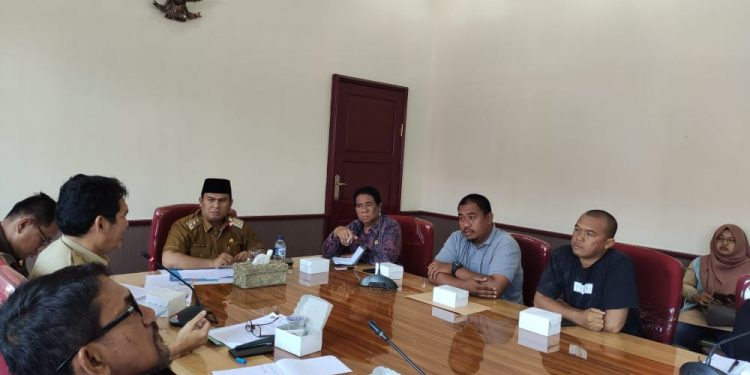 Wabup Kobar Ahmadi Riansyah saat memimpin rapat dengan pengusaha galian C diruang rapat Bupati Kobar tahun lalu.
