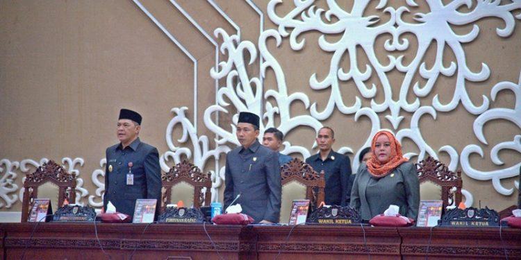 Wakil Ketua Jimmy Carter dan Faridawaty saat memimpin rapat paripurna yang dihadiri oleh Sekda Kalteng Fahrizal Fitri.