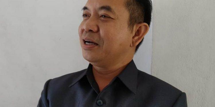 Anggota DPRD Kalteng Niksen S Bahat saat memberikan keterangan kepada awak media.