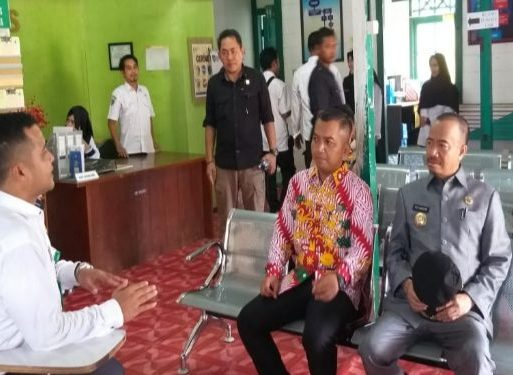 Ketua DPRD Seruyan Zuli Eko Prasetyo didampingi Bupati Seruyan Yulhaidir saat mengunjungi Puskesmas Rantau Pulut Kecamatan Seruyan Tengah akhir pekan lalu.