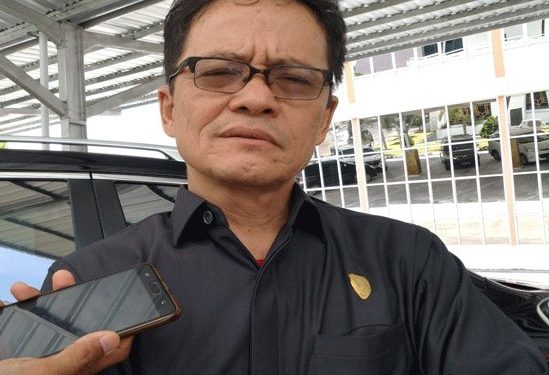 Ketua Komisi I DPRD Kalteng, Yohanes Freddy Ering saat memberikan keterangan kepada awak media.