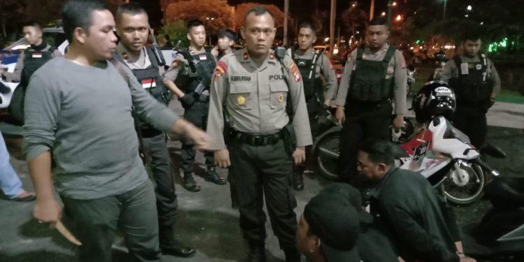 Wadir Ditsabhara Polda Kalteng AKBP Timbul Siregar saat mengintrogasi oknum warga yang terjaring giat patroli sedang asik pesta miras Sabtu (1/2/2020) tadi malam.