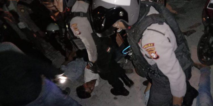 Pelaku penganiayaan saat diringkus anggota polisi Sabtu (1/2/2020).