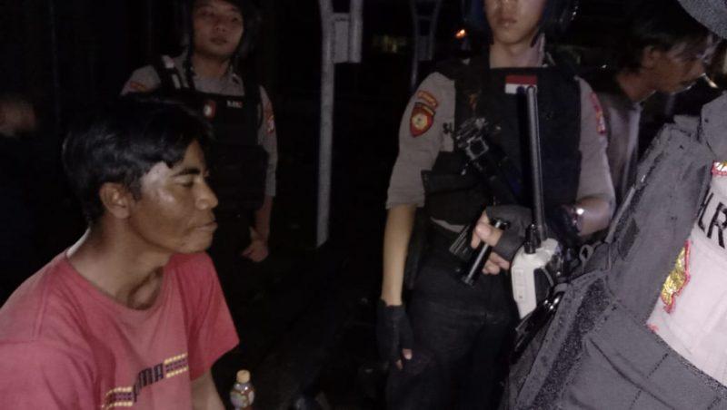 Anggota Ditsabhara Polda Kalteng saat mengintrogasi salah seorang pria yang kedapatan minum miras jenis ciu Sabtu (1/2/2020).